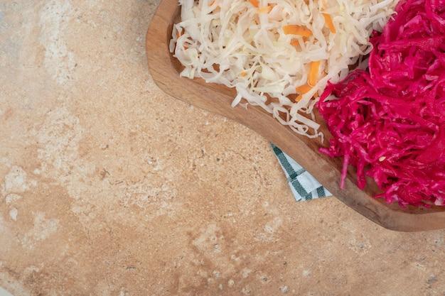 Rode en witte zuurkool op een houten bord.