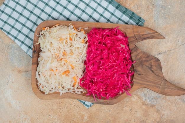 Rode en witte zuurkool op een houten bord