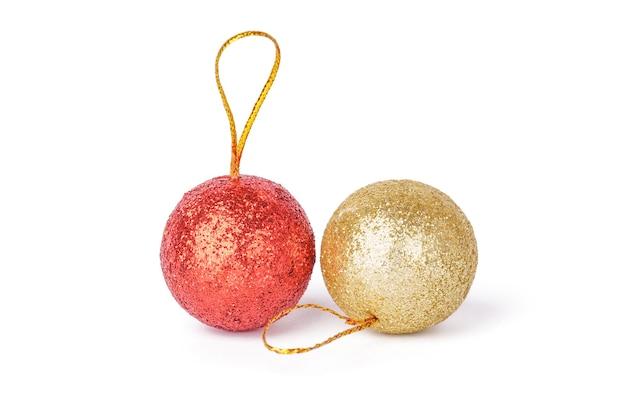 Rode en zilveren kerstballen geïsoleerd op een witte achtergrond. kerstmis, nieuwjaar