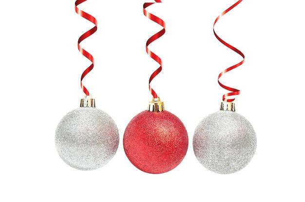 Rode en zilveren kerstmisbal met rood lint op wit