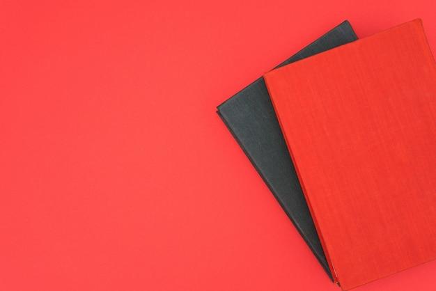 Rode en zwarte boeken op een rode achtergrond