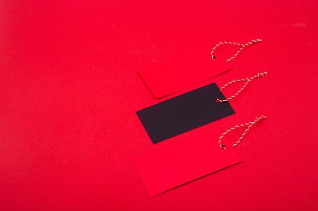 Rode en zwarte etiketten met items gekocht in winkels op zwarte vrijdag.