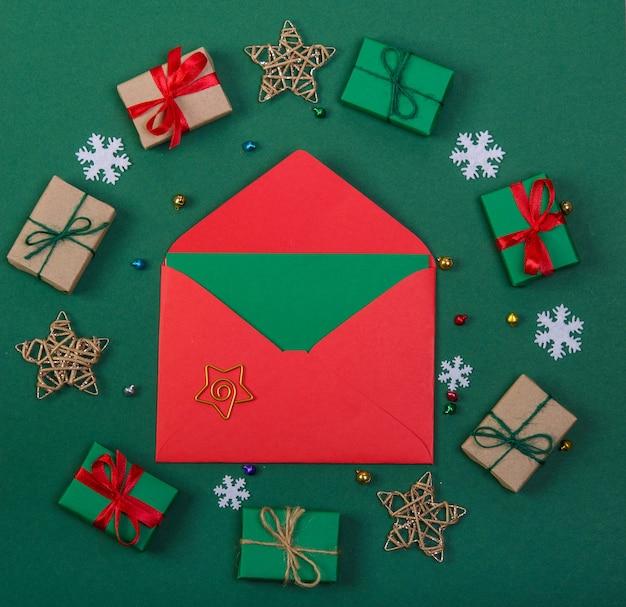 Rode envelop met een ster in een frame van geschenken en sterren op een groene achtergrond