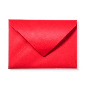 Rode envelop op witte achtergrond uitknippad opgenomen. bovenaanzicht, plat gelegd. kerstthema's