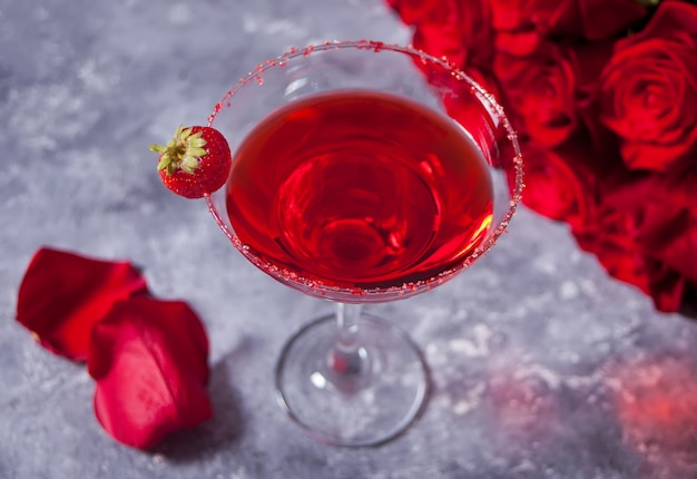 Rode exotische alcoholische cocktail in helder glas