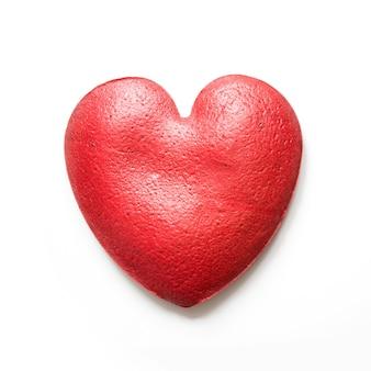 Rode fluwelen cake in de vorm van een hart. uitzicht van boven.