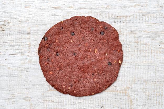 Rode fluwelen koekjes, boterkoekjes op witte houten ondergrond, close-up, bovenaanzicht