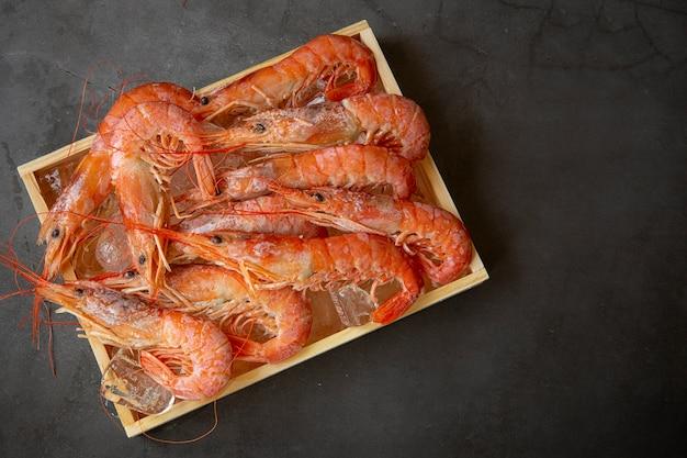 Rode garnalen groot in houten kist. het uitzicht vanaf de top. marien voedsel