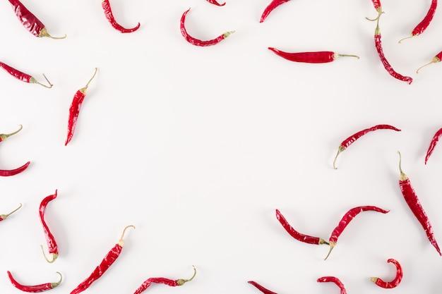 Rode gedroogde chili pepers bovenaanzicht met kopie ruimte op wit oppervlak