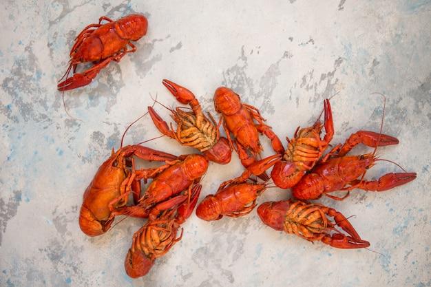 Rode gekookte rivierkreeften op lijst in rustieke stijl, close-up. kreeft close-up.