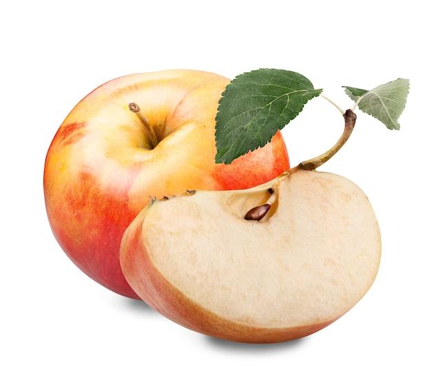Rode gele appel met groen blad en plak die op wit wordt geïsoleerd