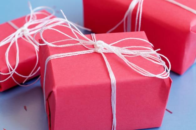 Rode geschenk boxesclose omhoog op blauwe achtergrond