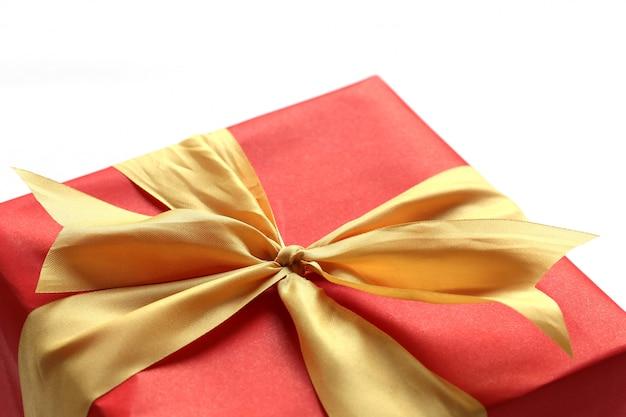 Rode geschenkdoos geïsoleerd op een witte achtergrond.
