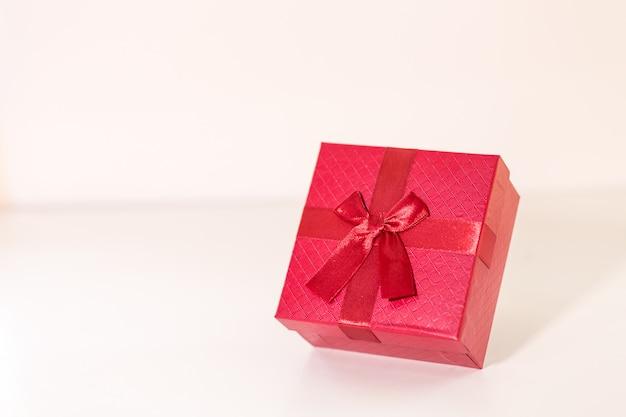 Rode geschenkdoos op houten plank. concept voor valentijnskaartdag.
