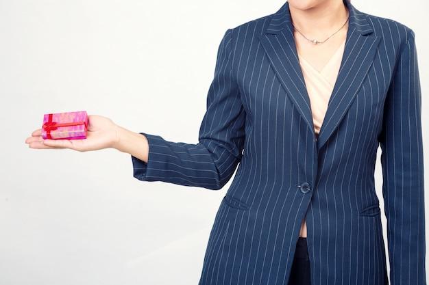 Rode geschenkdoos van zakenvrouw