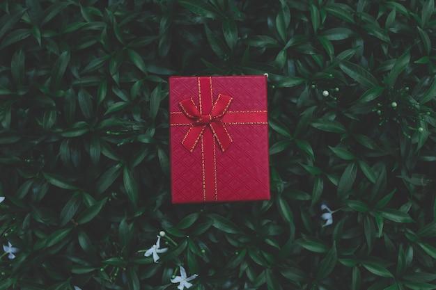 Rode geschenkdoos voor geschenken op kerstmis, verjaardag of valentijnsdag