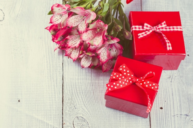 Rode geschenkdozen op witte houten achtergrond