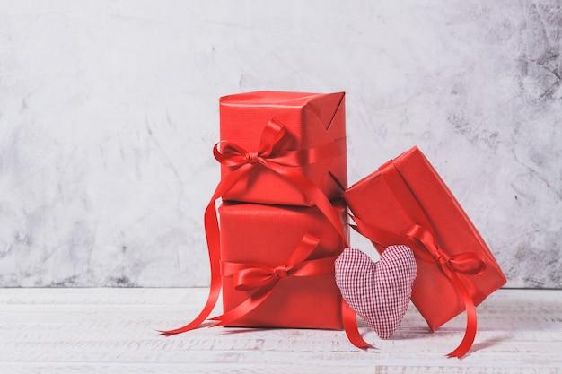 Rode geschenken met hartjes naast elkaar