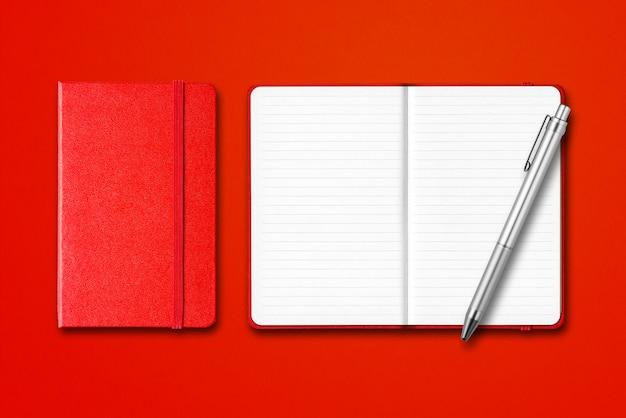 Rode gesloten en open beklede notebooks met een pen geïsoleerd op kleurrijke achtergrond