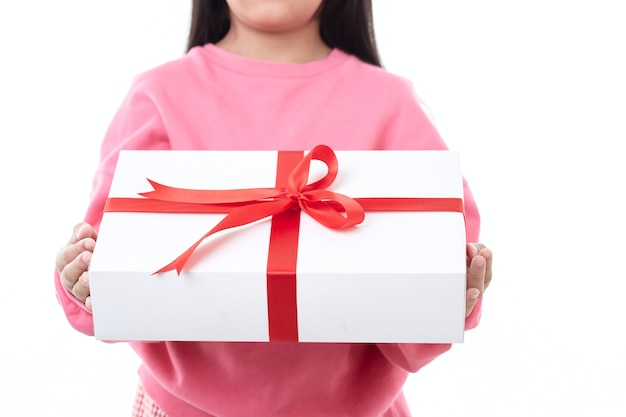 Rode gift met een boog in de handen van de kinderen