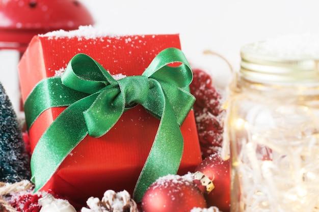 Rode gift met groene boog