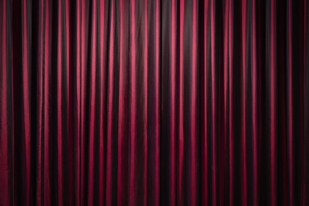 Rode gordijnen op theaterachtergrond