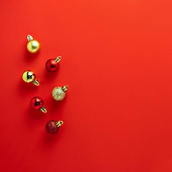 Rode gouden kleurrijke de ballensamenstelling van de kerstboomdecoratie op rode achtergrond