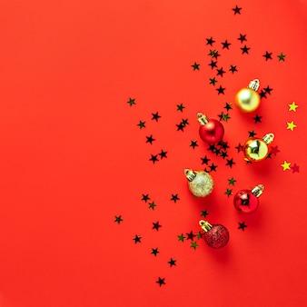 Rode gouden kleurrijke de ballensamenstelling van de kerstboomdecoratie op rode groetkaart