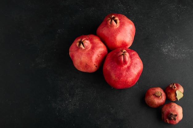 Rode granaatappels in kleine en grote vormen, bovenaanzicht.