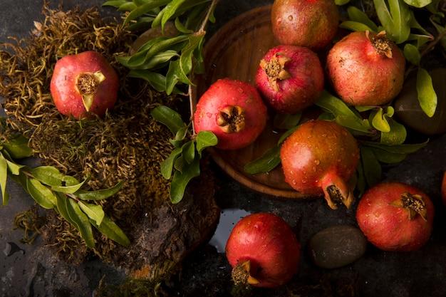 Rode granaatappels met hun groene bladeren