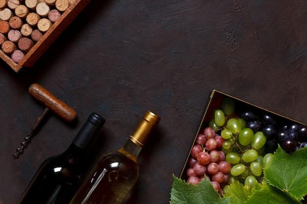 Rode, groene en blauwe druiven met bladeren in metalen doos