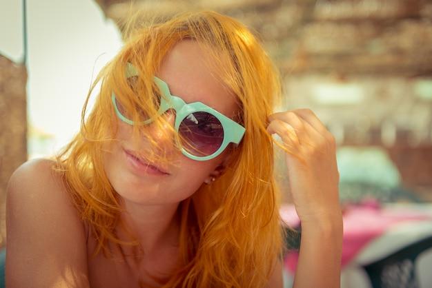 Rode haired vrouw in strandkoffie