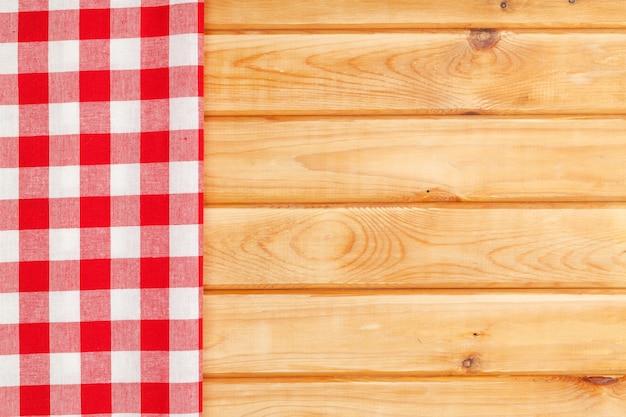 Rode handdoek over houten keukentafel. van bovenaf bekijken met kopieerruimte