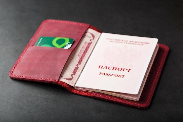 Rode handgemaakte paspoorthoes gemaakt van echt leer
