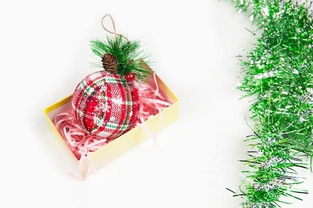 Rode handschoen met een kegel voor de kerstboom