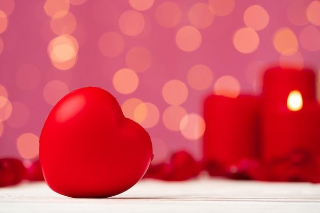 Rode hartdecoratie tegen roze bokeh vooraanzicht als achtergrond