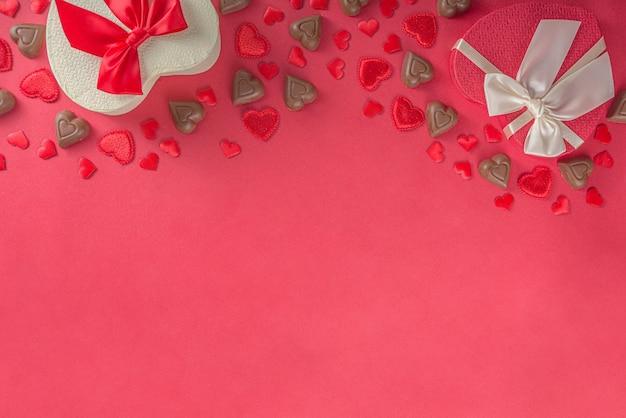 Rode harten, cadeau met lint en chocolade harten plat leggen, valentijnsdag