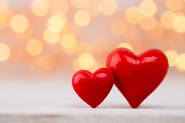 Rode harten de bokehachtergrond. valentijnsdag achtergrond.