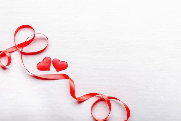 Rode harten en lint op lichte houten