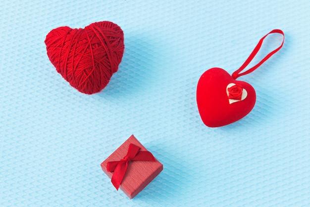 Rode harten en ring op een blauwe achtergrond