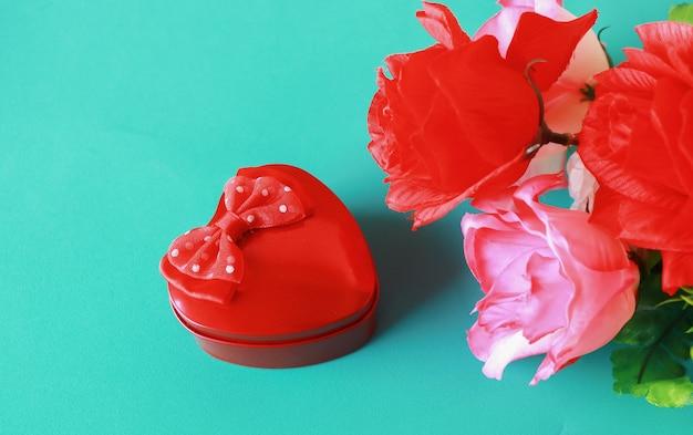 Rode harten en rozen op blauwe achtergrond