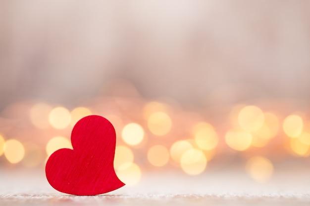 Rode harten op de houten tafel.