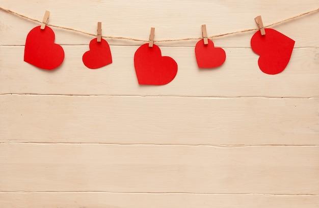 Rode harten op een touw met wasknijpers