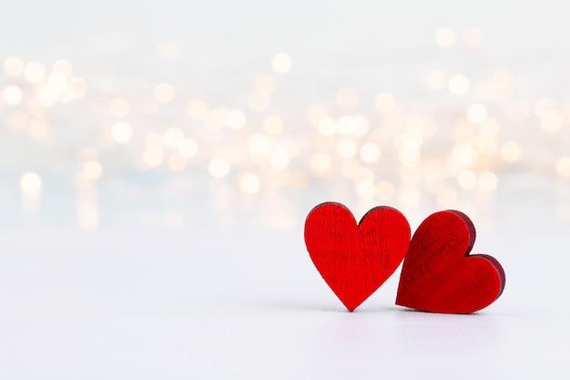 Rode harten op grijze achtergrond. valentines daz wenskaarten.