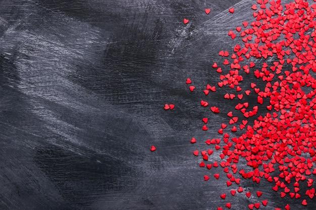 Rode harten tegen een donkere achtergrond