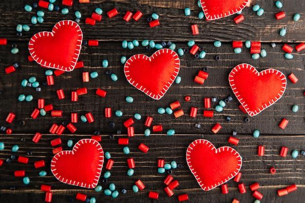 Rode harten van vilt op de tafel