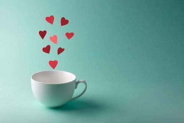 Rode harten vliegen uit een witte kop
