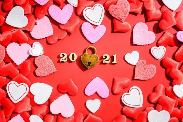Rode hartenachtergrond en een hangslot aan valentijnsdag.