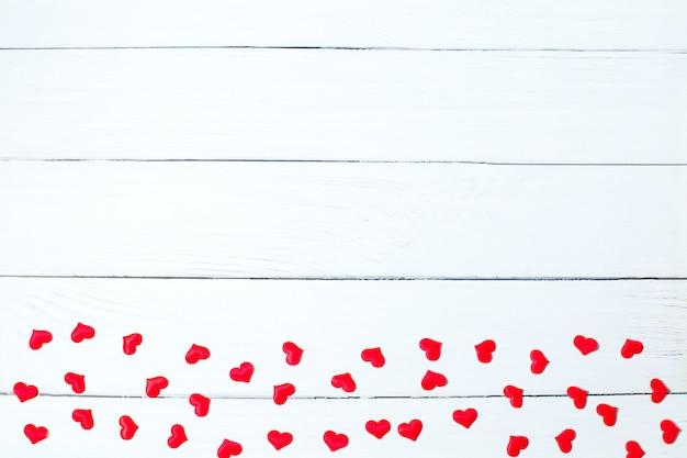 Rode hartengrens op witte houten achtergrond. valentijnsdag achtergrond. kopie ruimte
