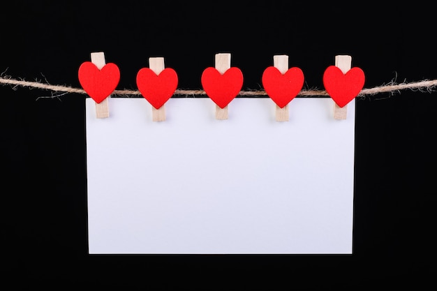 Rode hartenwasknijper op touw